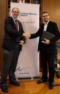 Ο Χρήστος Γ. Αποστολόπουλος, Αντιπρόεδρος του Ομίλου Ιατρικού Αθηνών και ο Oliver Bogler, PhD, Sr. Vice President for Academic Affairs του MD Anderson Cancer Center, κατά τη διάρκεια της τελετής υπογραφής του μνημονίου συνεργασίας.
