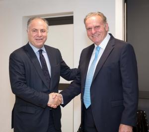 O Διευθ. Σύμβουλος της Interlife με τον Πρόεδρο του ΣΕΜΑ Γιώργο Καραβία