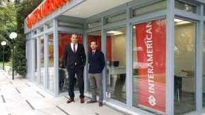 Συνεργάτες της Interamerican έξω από το sales point του Πύργου Αθηνών