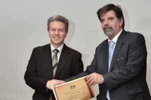 Ο Βασίλειος Αντωνιάδης - Chief Investment Officer, MetLife Α.Ε.Δ.Α.Κ., παραλαμβάνει το βραβείο από τον κο Κωνσταντίνο Καλογερά