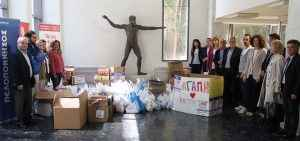Aπό τη συγκέντρωση τροφίμων κατά την «Εβδομάδα Κοινωνικής Αλληλεγγύης», στην Πάτρα.